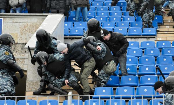 Учения спецподразделений полиции на стадионе.