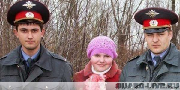 Спасенная девочка и полицейские. Фото:36.mvd.ru.