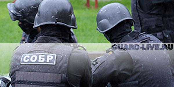 """В офис одного из банков на Ленинском проспекте в дом №95 ворвались около десяти человек в масках и форме полиции с надписями """"СОБР"""" на спинах."""